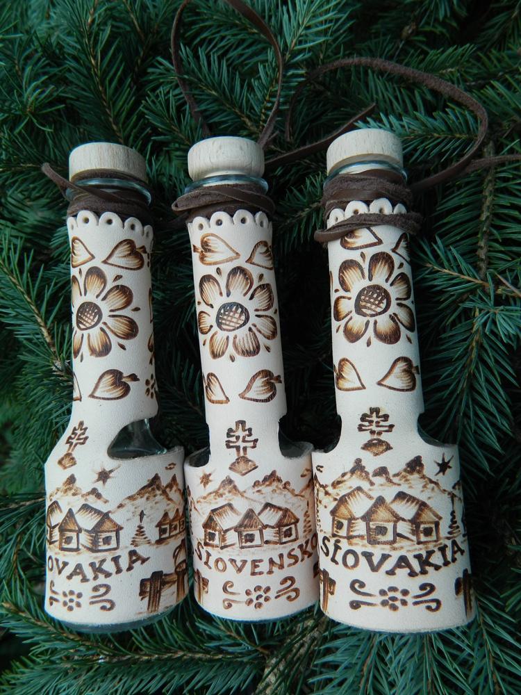 ff55268e0b92d Tradičné starosvetské slovenské pijačky s dreveným štuplíkom a koženou  šnúrkou. Možnosť gravíru udalosti, loga firmy, mena.